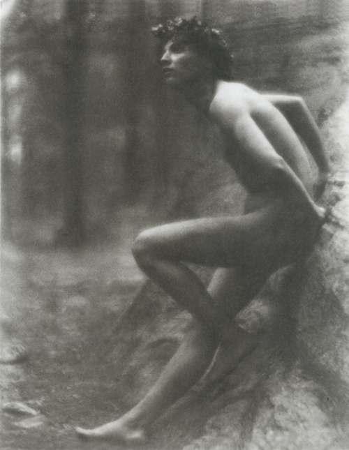 Fred Holland Day: Jaunuolis atsirėmęs į uolą (Nicola Giancola) (1907)
