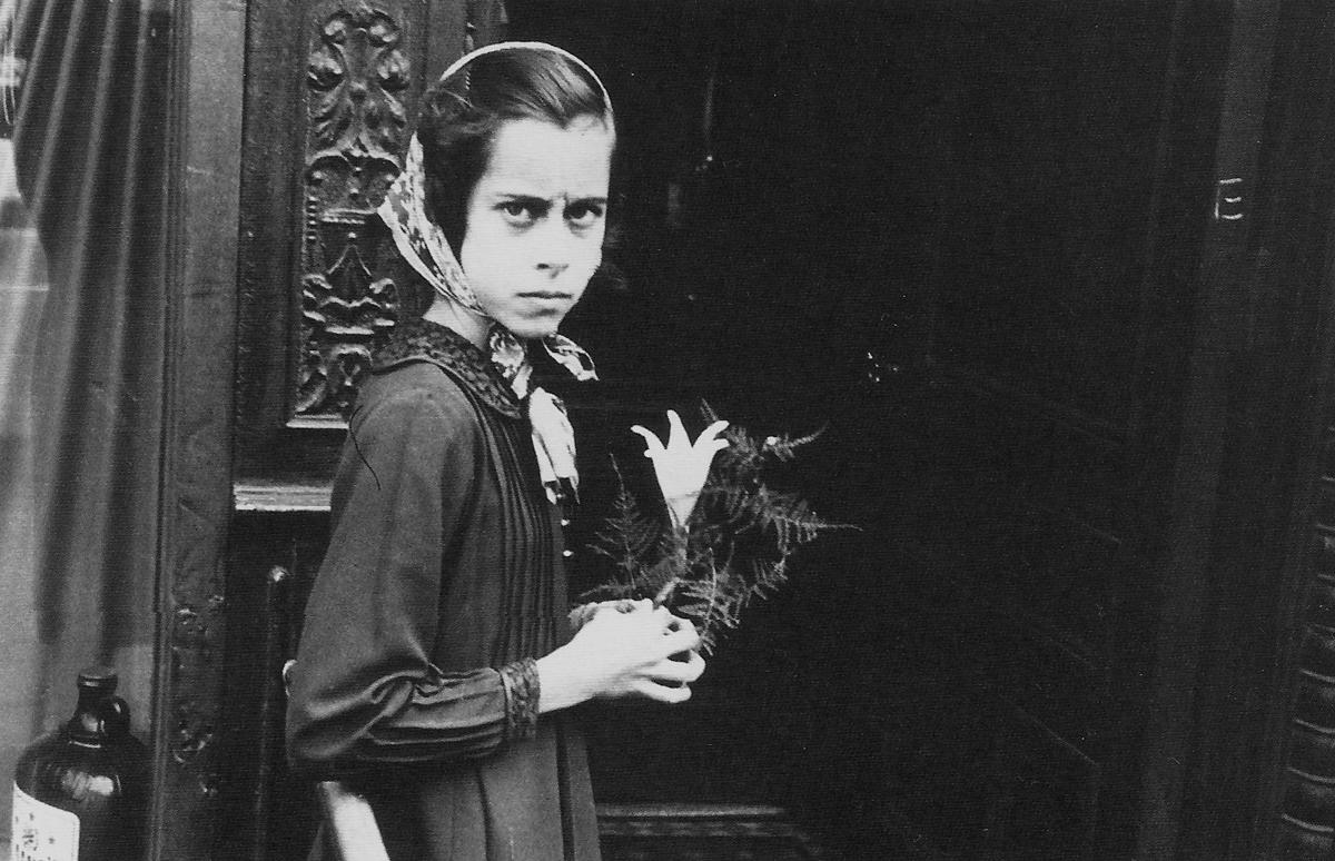 Helen Levitt: Mergaitė su lelija 1939
