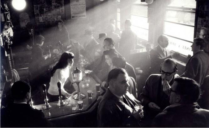 Willy Ronis: Café Française. Soho rajonas, Londonas, 1955