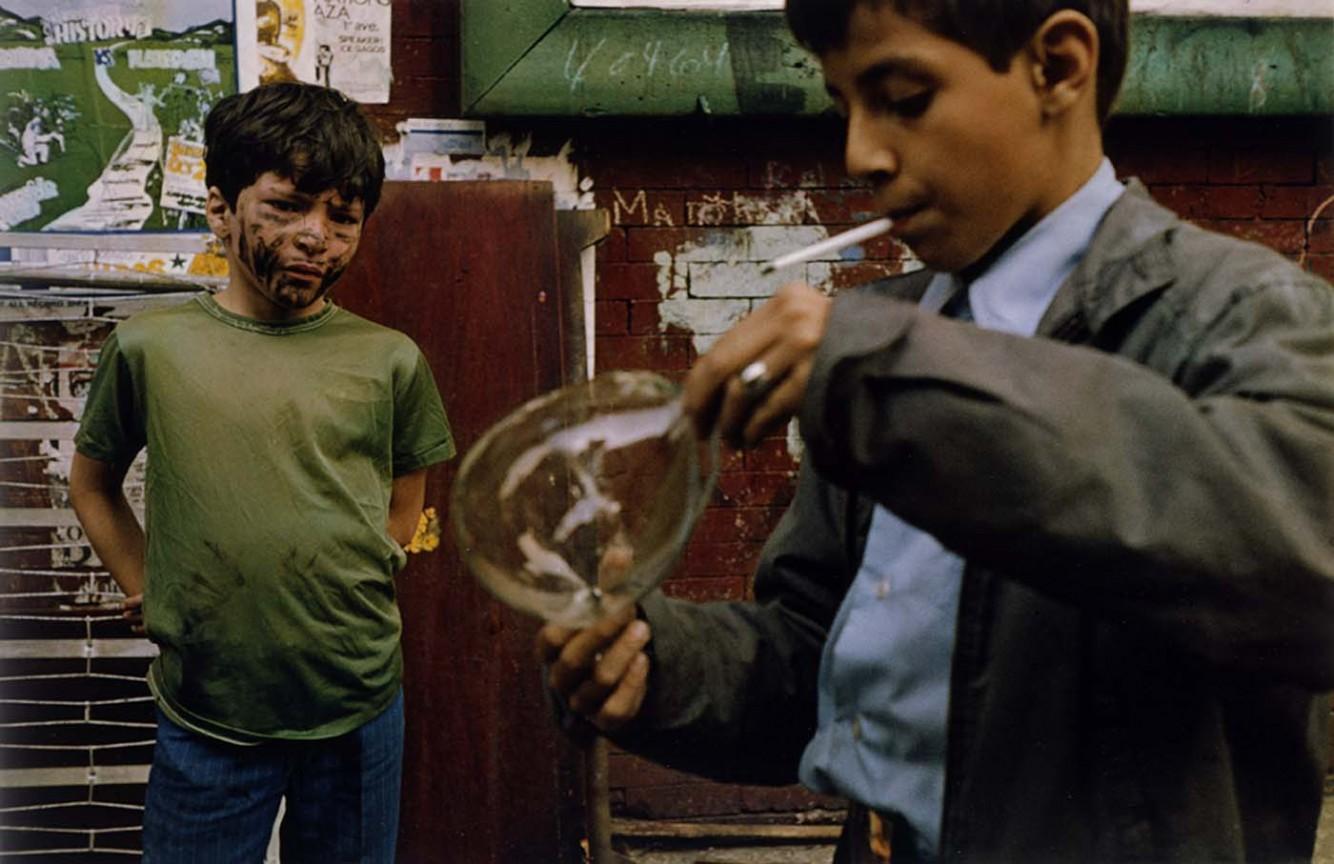 Helen Levitt: berniukai su burbulu 1972